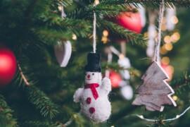 Lav julepynt med familien som en hyggelig juleaktivitet