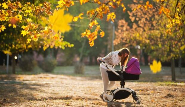 Kvinde i grå går tur med sin baby