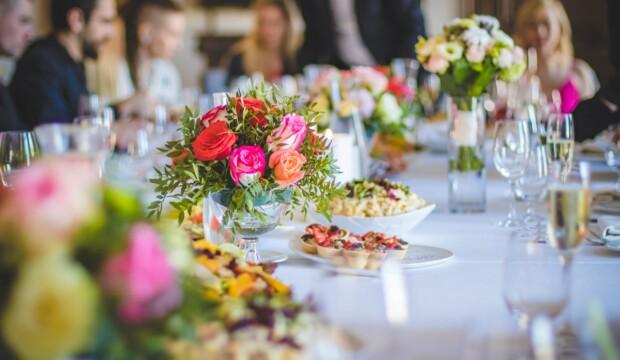 Person bliver fejret med stort pyntet bord
