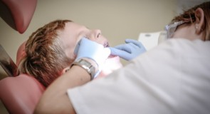 Tandlægen anbefaler disse redskaber til dit barn!