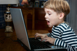 børn foran computer