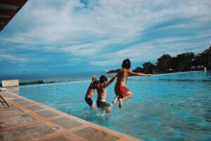 Børn i poolen