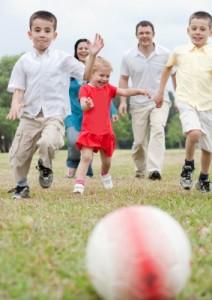 Sådan styrker du dit barns motorik med udendørs leg